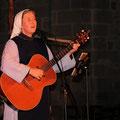 Soeur Anne-Elisabeth joue avec autant d'aisance de la guitare...