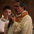 Les baptisés reçoivent ensuite l'onction du Saint Chrême