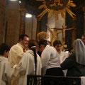 Après avoir revêtu le vêtement blanc, les baptisés reçoivent l'onction...