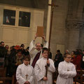 Procession d'entrée derrière la croix et la Parole de Dieu