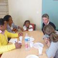 Une famille originaire de Madagascar, et Anaïs (de dos) en compagnie de Renaud Jules