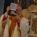 Des reliques de Louis et Zélie Martin sont remises par Mgr Habert au Cardinal Baldisseri