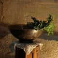 Le buis et la vasque d'eau qui serviront à bénir la plaque