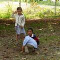 Les enfants jouent dehors...