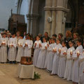 Les 21 jeunes, accompagnés de leurs parrains/marraines, au moment de leur profession de foi