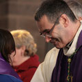 L'évêque ceint chaque catéchumène d'une écharpe violette