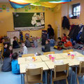 Marie-Hélène, entourée des enfants dans sa classe, en attendant le traditionnel bol de riz