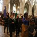 Dans la procession d'entrée, des personnes de différentes origines apportaient un personnage...