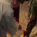 Un servant d'autel allume la 1re bougie