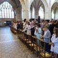 Les communiants, recueillis, sont au premier rang ; le 4e à partir de la droite est William qui sera également baptisé au cours de l'eucharistie