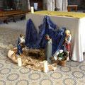Un rayon de soleil éclaire la crèche devant l'autel