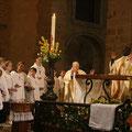 """Pendant le """"Notre Père"""", les baptisés sont autour de l'autel"""