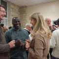Pendant l'apéritif, chacun peut échanger avec les uns et les autres ; ici le P. Emmanuel avec Patrick et Maryse