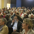Une écoute attentive ; dans la foule, on reconnaît Sr Yvette, P. Bernard Barré, Michel de Ferrières...