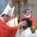 Puis, les jeunes sont marqués du signe de la croix sur le front avec le Saint Chrême ; ici, Trémalaïque Roch...