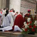 La prostration pendant la litanie des saints ; l'Eglise invoque l'Esprit, et tous les saints du ciel