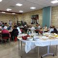 Le buffet disposé au centre de la pièce était composé de ce que chacun avait apporté