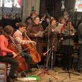 La chorale et les violoncellistes ; l'organiste et un trompettiste étaient dans la tribune
