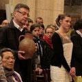 Lison très attentive pendant que son parrain apporte l'eau du baptême