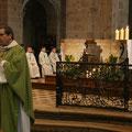 Mot d'accueil du P. Loïc : devant l'autel, une brèche est ouverte dans le mur de nos peurs et de nos indifférences, brèche qui nous permet d'aller les uns vers les autres