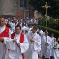 La longue procession rejoint la cathédrale : le début