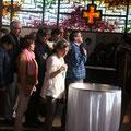 Célébration d'entrée en assemblée, chacun est convié à se signer avec l'eau qui rappelle notre baptême (ici, Marie Blin)