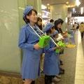 駅の改札前で募金活動。大きな声でがんばります。
