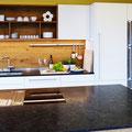 """Küche in Eiche rustikal/geölt mit weiß lackierten Fronten und satiniertem, dunklen Granit """"Antique Brown"""""""