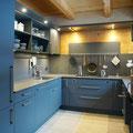 Küchenfronten in supermatt Oberfläche – Verde commodore / Arbeitsplatte Naturstein satiniert – Padang dunkel
