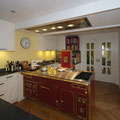 Küche in Strichlack und Naturstein