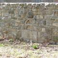 Kirchenmauer, historische Steinreste wurden mit verarbeitet. Bauherr: Gemeinde Rhoda.
