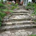 """Kalksteintreppe als """"Trockenbau"""" in einem Garten. Privater Bauherr."""