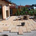Betonplattenbelag mit verschiedenen Formaten. Privater Bauherr.