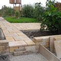Gartenweg aus Betonsteinplatten. Privater Bauherr.