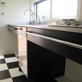 モノトーンの床にシャープなキッチン