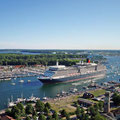Travemünde: Queen Elizabeth bei der Einfahrt in den Hafen von Travemünde