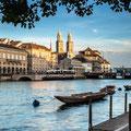 Abendlicher Blick von der Schipfe auf Limmatquai und Großmünster (Zürich). © Switzerland Tourism / Jan Geerk