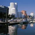 Düsseldorf mit seinem modernen Medienhafen (© Rheinischer Sagenweg)