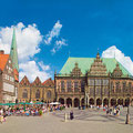 Der Bremer Marktplatz (von links nach rechts): Die Giebelhäuser, das Rathaus, der Dom sowie die Bremische Bürgerschaft.