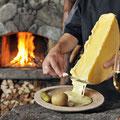 Walliser Raclette mit Kartoffeln und Wein © Valais/Wallis Promotion/Christian Perret