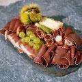 Walliserplatte mit Trockenfleisch, Käse und Trauben © Schweiz Tourismus/Christoph Schuerpf