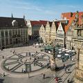 Der Bremer Marktplatz mit dem Roland vorn und dem Schütting, dem Haus der Bremer Kaufleute, im Hintergrund.