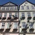 """Grimm Dich Pfad: Haus am Markt mit den 7 Fliegen aus dem Märchen """"Das tapfere Schneiderlein"""""""
