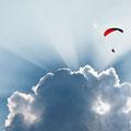 Les parapentes dans le ciel de Gorbio