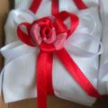 cuscinetto bianco e rosso