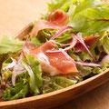 生ハムとハーブ野菜のサラダ