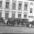 """12 décembre 1914 - Au dos, en allemand, """" Mes chers, Nous sommes ici à Nivelles en occupation. Je suis aussi sur la carte, si vous me reconnaissez. Pour moi, tout va bien. Votre fils Karl """" Envoyé à Munich. Photo prise au square Gabrielle Petit"""