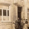 Vers 1913-Avant le pont sur la droite. Devant de g. à dr. : Maria Tilman-Maria Jourion-Paula Jourion-Adolphe Tilman-? Arrière : ?-Louisa Tilman-Eva Charles-?