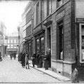 Début de la rue de Namur. On aperçoit la Grand-Place en arrière-plan.
