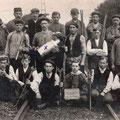 1910 - Les poseurs de Bois-de-Nivelles. Gaston Placet avec une croix